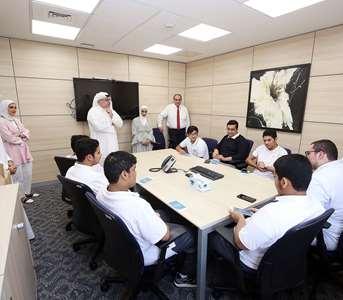 البنك الأهلي المتحد يستضيف طلبة ثانوية عبدالطيف ثنيان الغانم للبنين